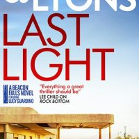 #BookReview: Last Light by CJ Lyons @cjlyonswriter @canelo_co